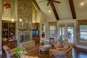 A spacious, cozy livingroom.